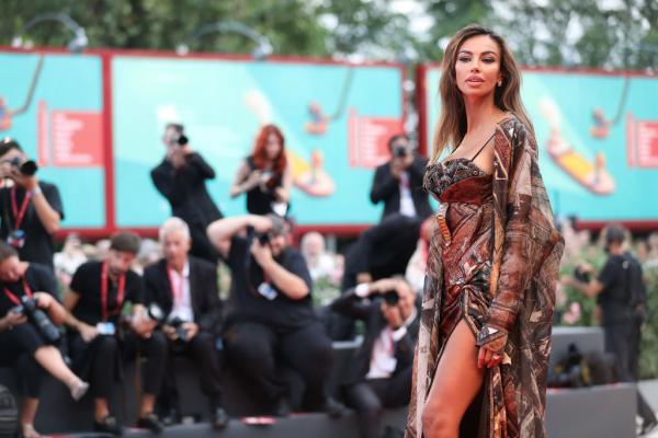 Mădălina Ghenea este într-o rochie lungă, cu multe imprimeuri, la un eveniment oficial