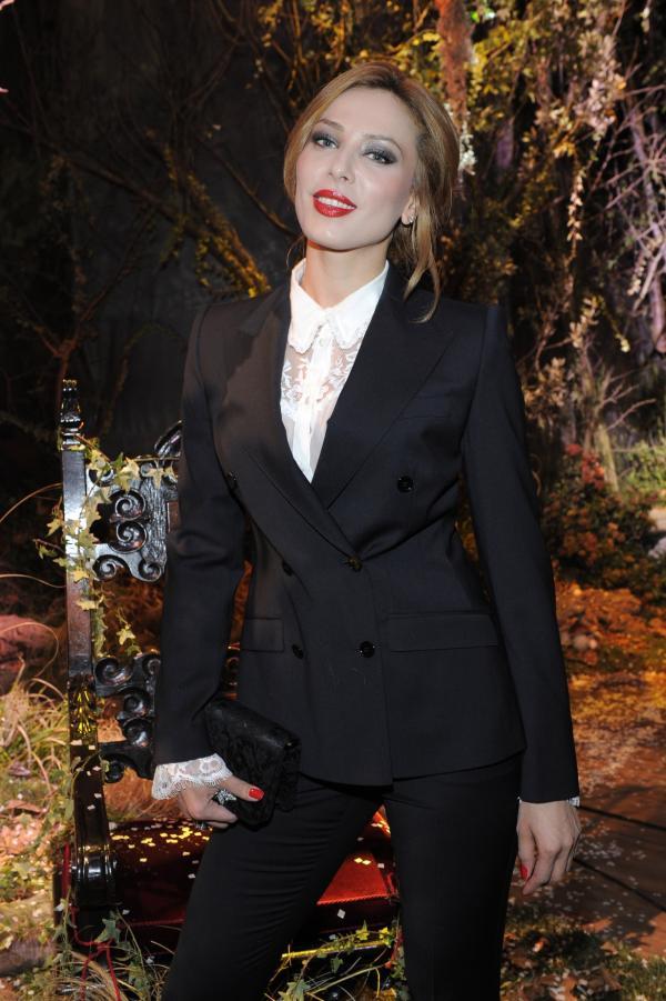 Iulia Vântur, îmbrăcată într-un costum negru, zâmbește la camerele foto