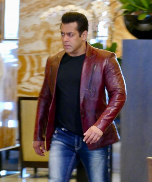 Salman Khan, îmbrăcat cu un sacou de piele, roșu, cu un tricou negru și jeanși, surprins pe platourile de filmare