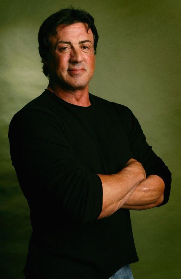 Sylvester Stallone în bluză neagră, în tinerețe