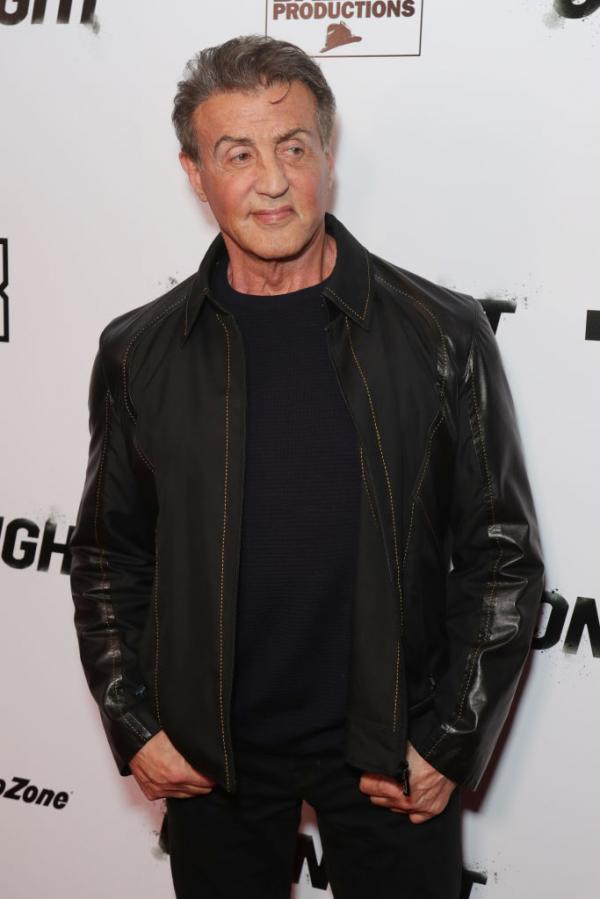 Sylvester Stallone în bluză neagră și geacă neagră