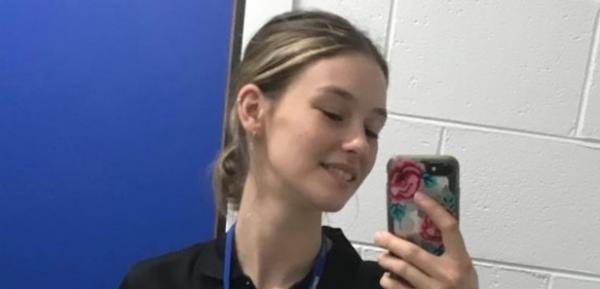 zara bailey, selfie in oglinda cu telefonul