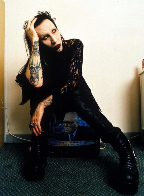 Marilyn Manson, îmbăcat în negru, plin de tatuaje