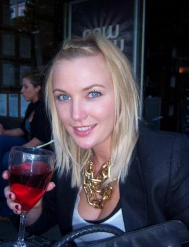 Nicola Farrell, cu un pahar de alcool in mana