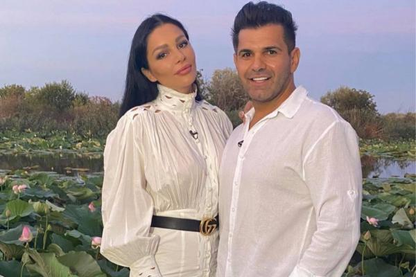 Brigitte Pastramă și Florin Pastramă, îmbrăcați în alb amândoi, fotografiati alăturați