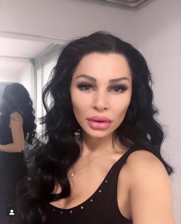 Brigitte Pastramă, îmbrăcată cu un maiou negru, machiată, selfie