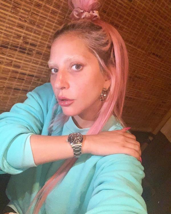 Lady Gaga are păr roz, îmbrăcată într-un hanorac albastru deschis