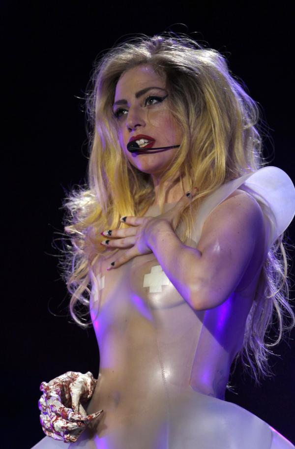 Lady Gaga , cântând live la un concert