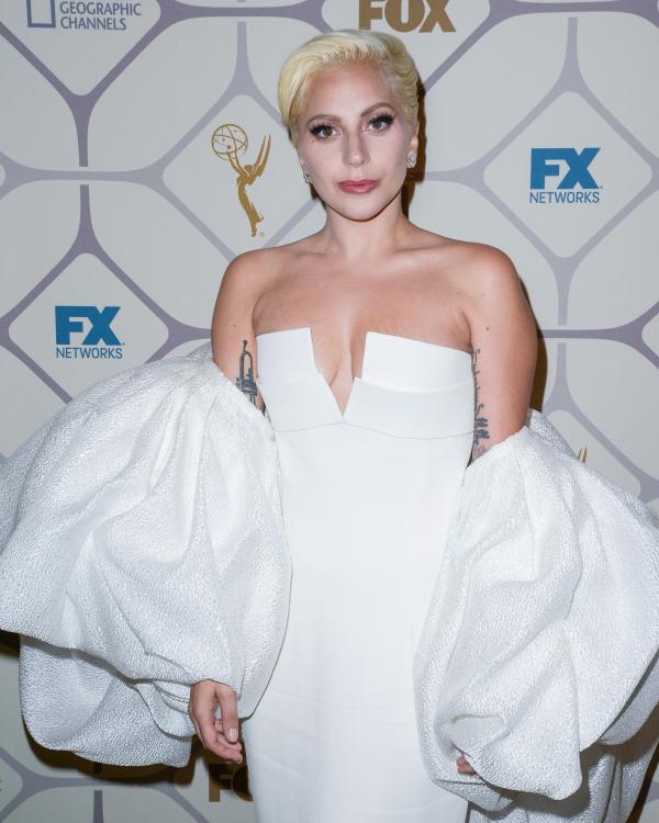 Lady Gaga, în rochie albă, cu panză, la un eveniment monden