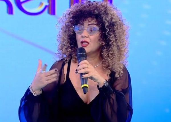 Minodora, prezentă la o emisiune tv, îmbrăcată într-o rochie neagră