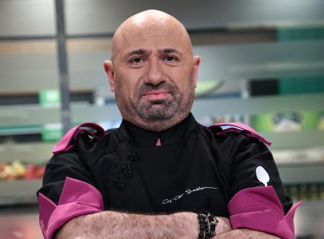 """catalin scarlatescu, juratul emisiunii """"Chefi la cuțite"""", in bucatarie, imbracat cu tunica albastra"""
