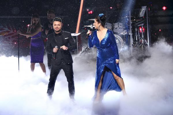 Tavi Clonda si Gabriela Cristea pe platoul emisiunii te cunosc de undeva, el la costum negru, ea la rochie albastra