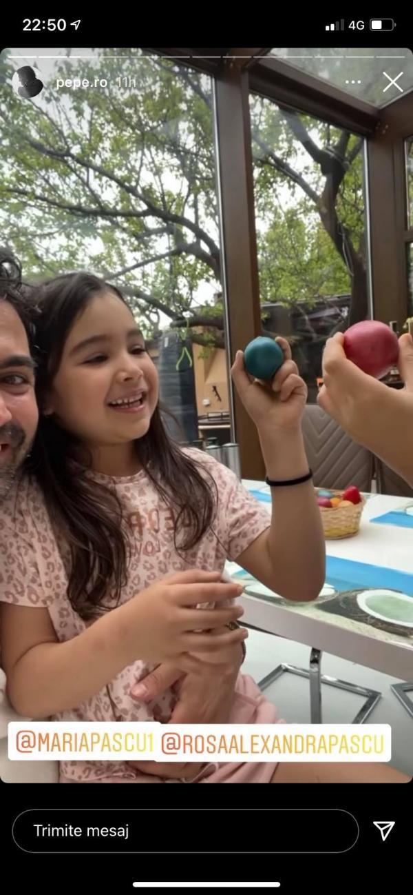 Pepe și fiicele lui ciocnind ouă de Paște