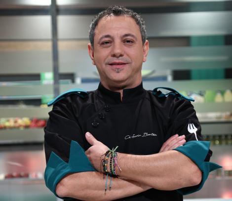 "sorin bontea, juratul emisiunii ""Chefi la cuțite"", in bucatarie, imbracat cu tunica albastra"