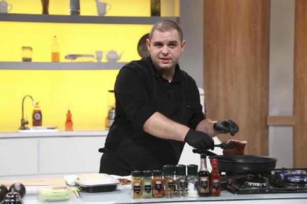 Alexandru Bădițoaia în bucătărie