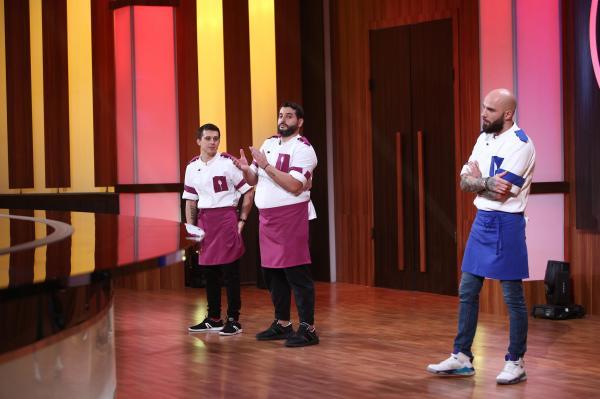 Paul Vasile, purtând uniforma mov, alături de Vicenzzo și Dorin, înainte de eliminarea de la Chefi la cuțite