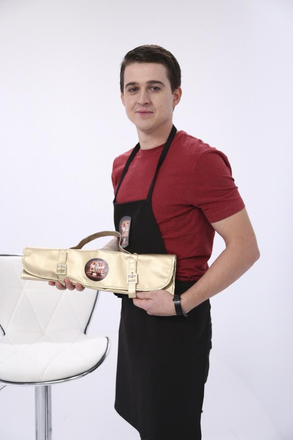Paul Vasile, ținând în mână cuțitul de aur, primit de la Sorin Bontea
