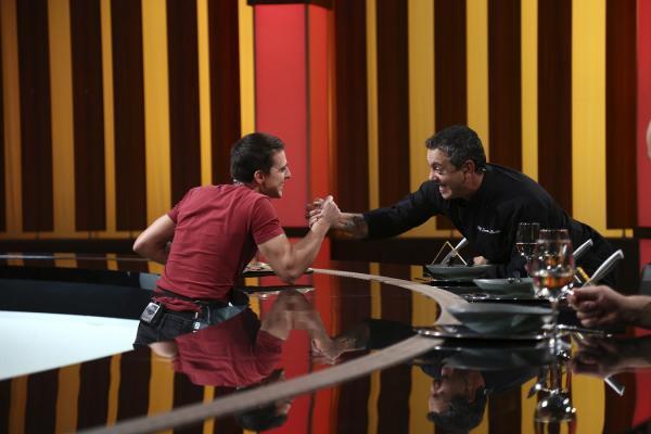 Paul Vasile, dând mâna cu Sorin Bontea, după ce chef-ul i-a oferit cuțitul de aur