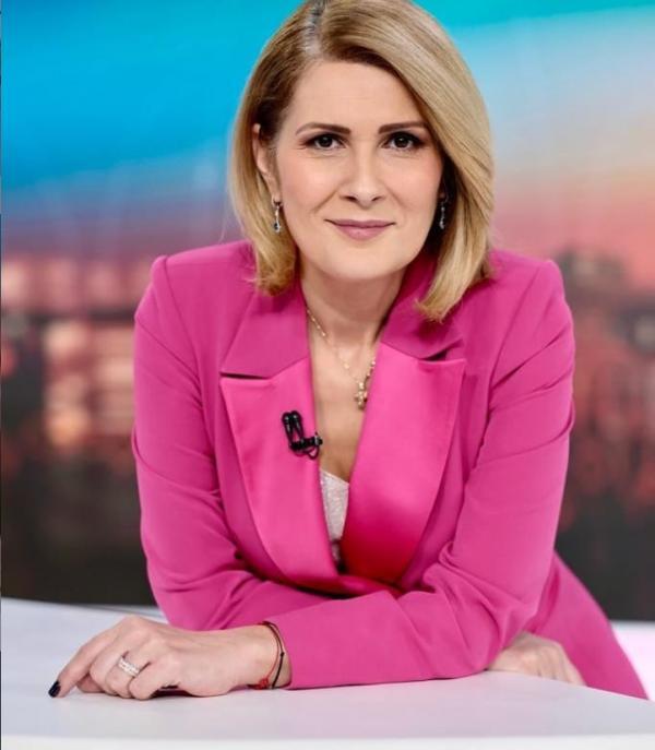 Alessandra Stoicescu, purtând un sacou roz, în platoul Observatorului