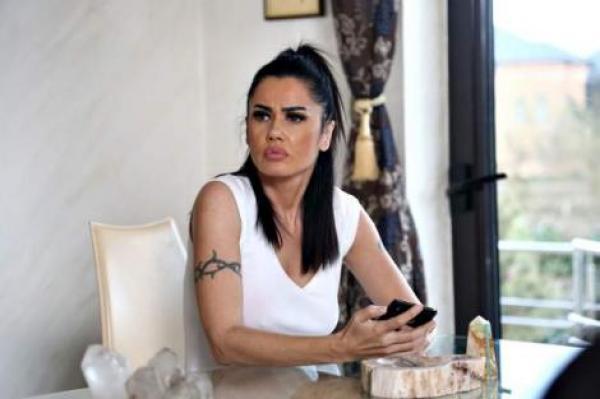 Oana Zăvoranu, îmbrăcată în alb, pentru filmările serialului în al cărui distribuție a făcut parte