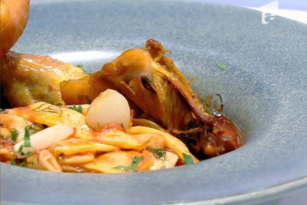 Mâncare de fasole galbenă servită cu friptură de pui