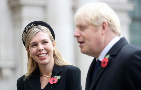 Boris Johnson și Carrie Symonds, purtând sacouri negre