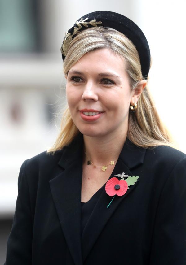 Carrie Symonds, purtând un sacou negru și o beretă