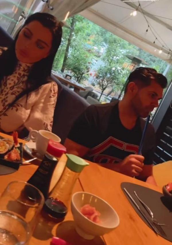Brgitte și Florin, la sushi, la restaurant, ea mănâncă, el pufăie o narghilea