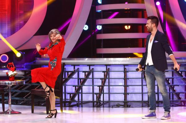 Marina Voica, îmbrăcată în rochie de culoare roșie, la o emisiune tv de la Antena 1