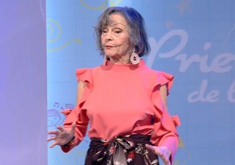 Marina Voica, îmbrăcată într-o rochie de culoare roz, în platoul unei emisiuni tv de la Antena 1