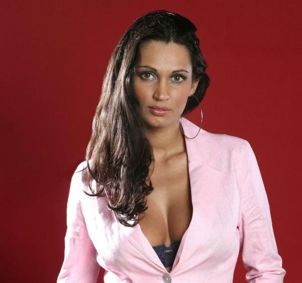Nicoleta Luciu, într-un sacou roz, decoltat