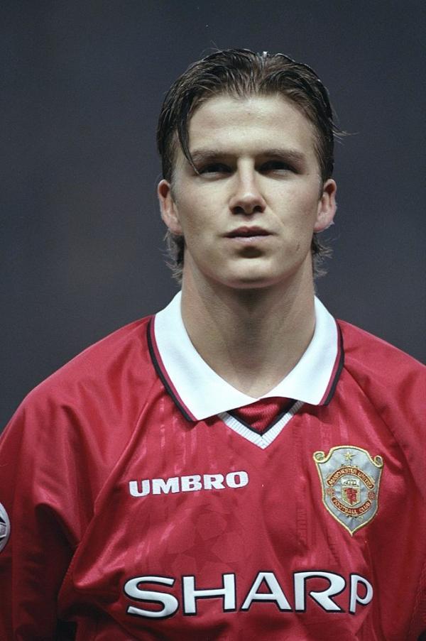 David Beckham într-un tricou roșu în tinerețe