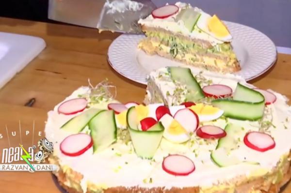 Tort sărat sub formă de sandviș din felii de pâine toast și diverse umpluturi
