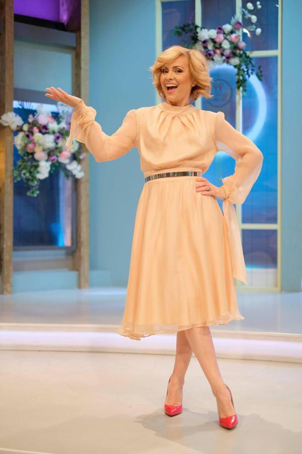 Simona Gherghe, într-o rochie crem, peste genunchi, în platoul emisiunii Mireasa