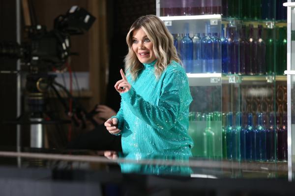 """Gina PIstol în platoul emisiunii """"Chefi la cuțite"""" sezonul 9, intr-o rochie albastra"""