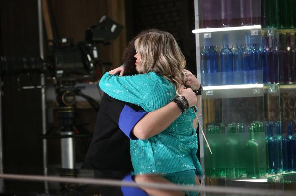 """Gina PIstol în platoul emisiunii """"Chefi la cuțite"""" sezonul 9, intr-o rochie albastra, imbratisand pe Irina Fodor"""