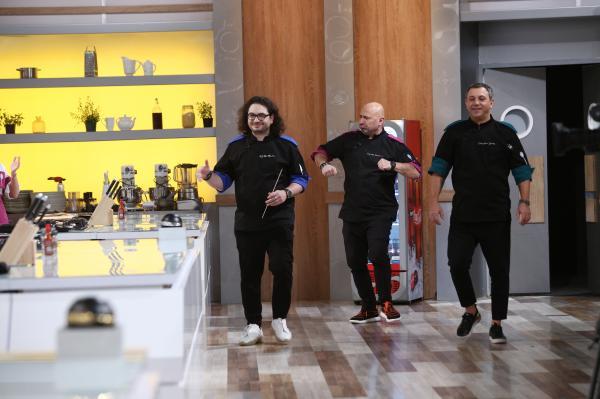 Sorin Bontea, Florin Dumitrescu și Cătălin Scărlătescu intrand in bucataria chefi la cutite