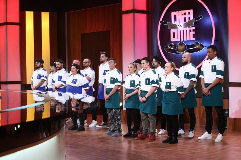 """Concurenții din echipa verde și cea albastră, în platoul """"Chefi la cuțite"""""""