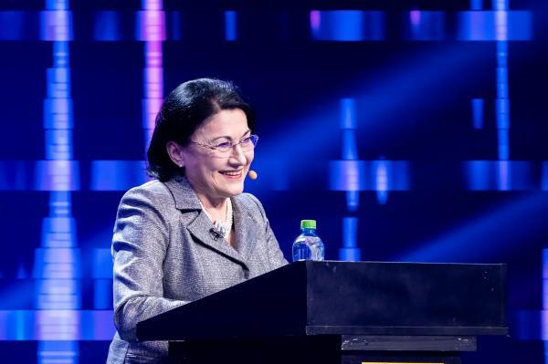 Ecaterina Andronescu, purtând sacou, pe scena iUmor