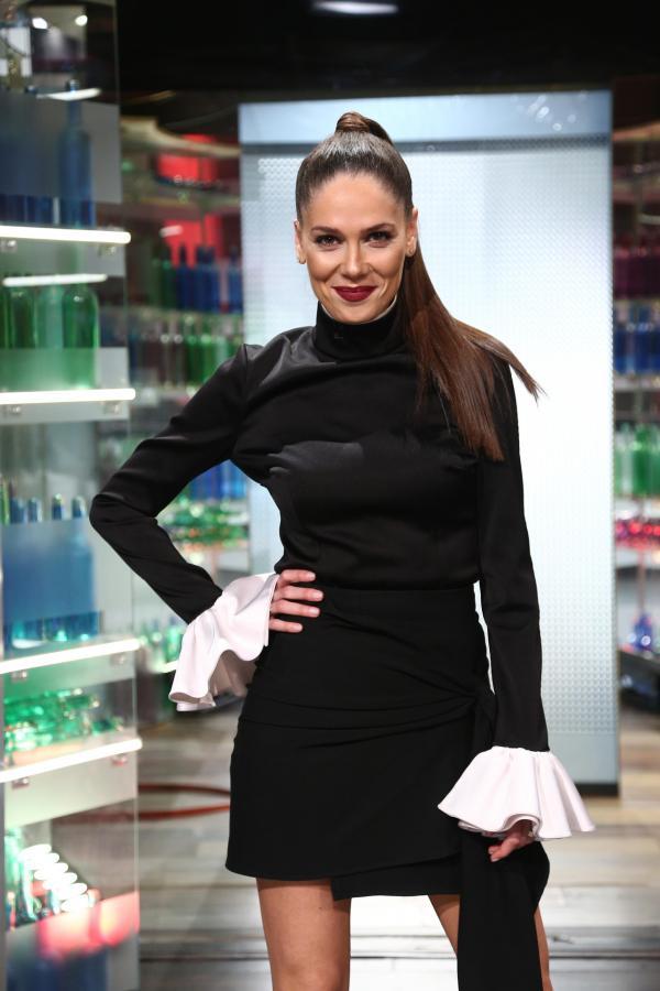 Irina Fodor, într-o rochie neagră, cu mâneci albe, la Chefi la cuțite
