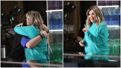 Gina Pistol, într-o rochie torcoise, la Chefi la cuțite, sezonul 9, îmbrățițându-l pe Florin Dumitrescu