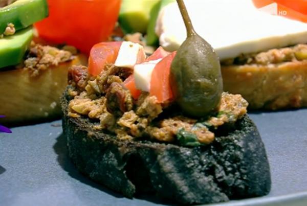 Bruschetă  din pâine cu cărbune activ tartinată cu pastă de măsline și salată caprese cu avocado