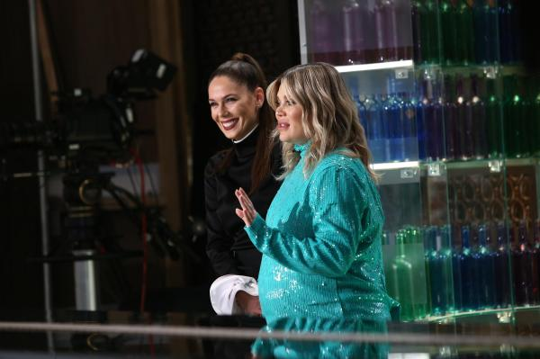 Gina Pistol, într-o rochie torcoise, lângă Irina Fodor, care poartă o rochie neagră, la Chefi la cuțite, sezonul 9