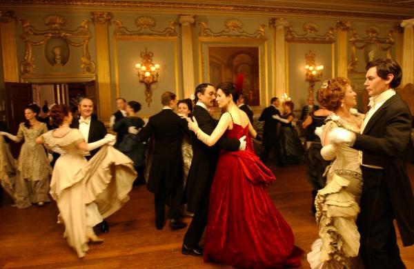 imagine cu personajele din forsyte saga, in timpul unei scene de dans