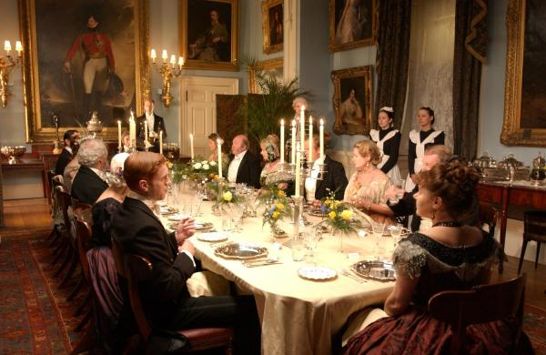 imagine cu membri din familia forsyte, luand masa