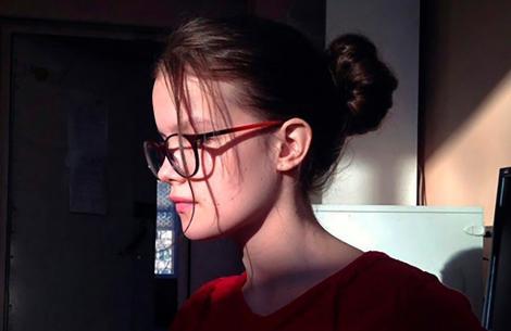 Daria Mukhina, poză din profil, pe fundal intunecos