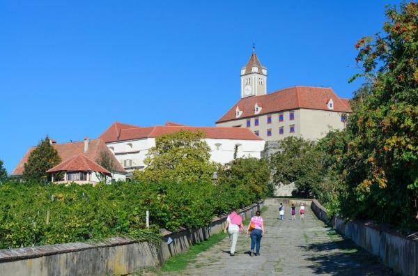 Castelul din Riegersburg, Austria și turiști mergând să-l viziteze