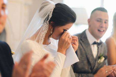 O mireasă surpirinsă la nunta, in timp ce plange