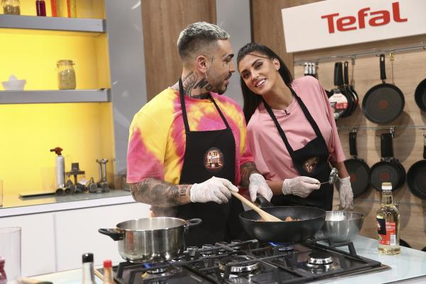 Antonia și Alex Velea, purtând tricouri roz, la Chefi la cuțite