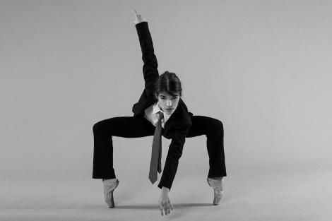maria rogojan, fotografiata in timpul unui dans